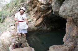 בריכת המעין בפתח המערה