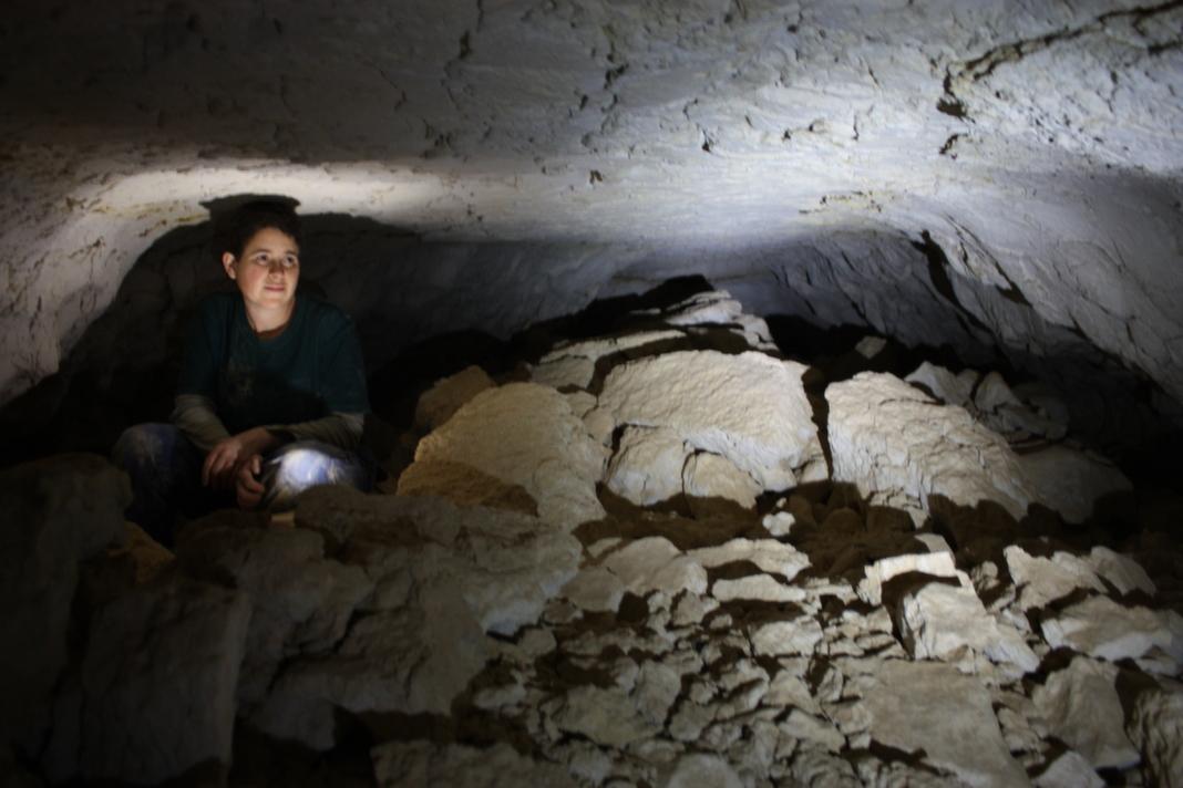 מחילה קרוסה בחלקה הפנימי של המערה