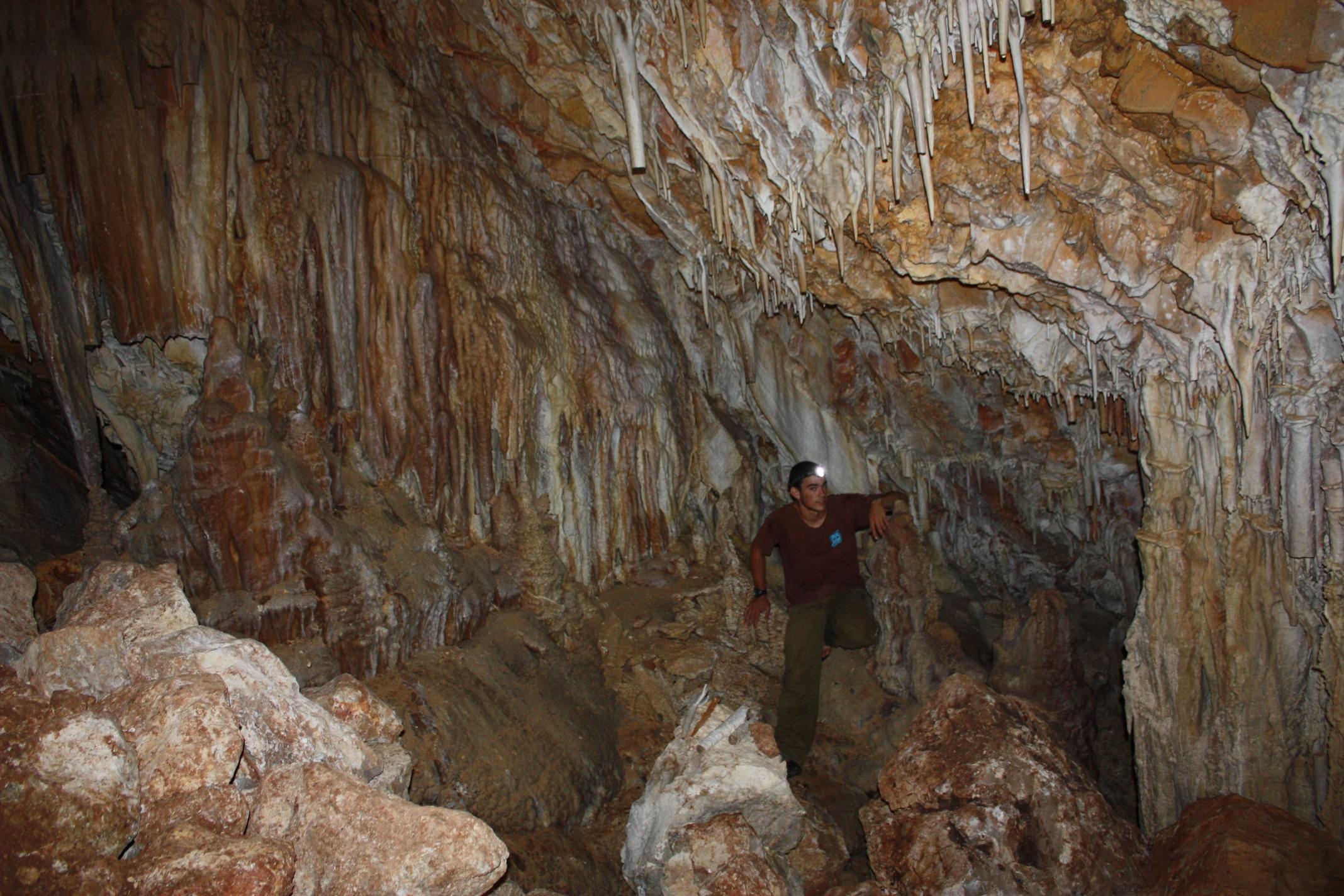 החלל העיקרי במערה - עושר אדיר של משקעי מערות