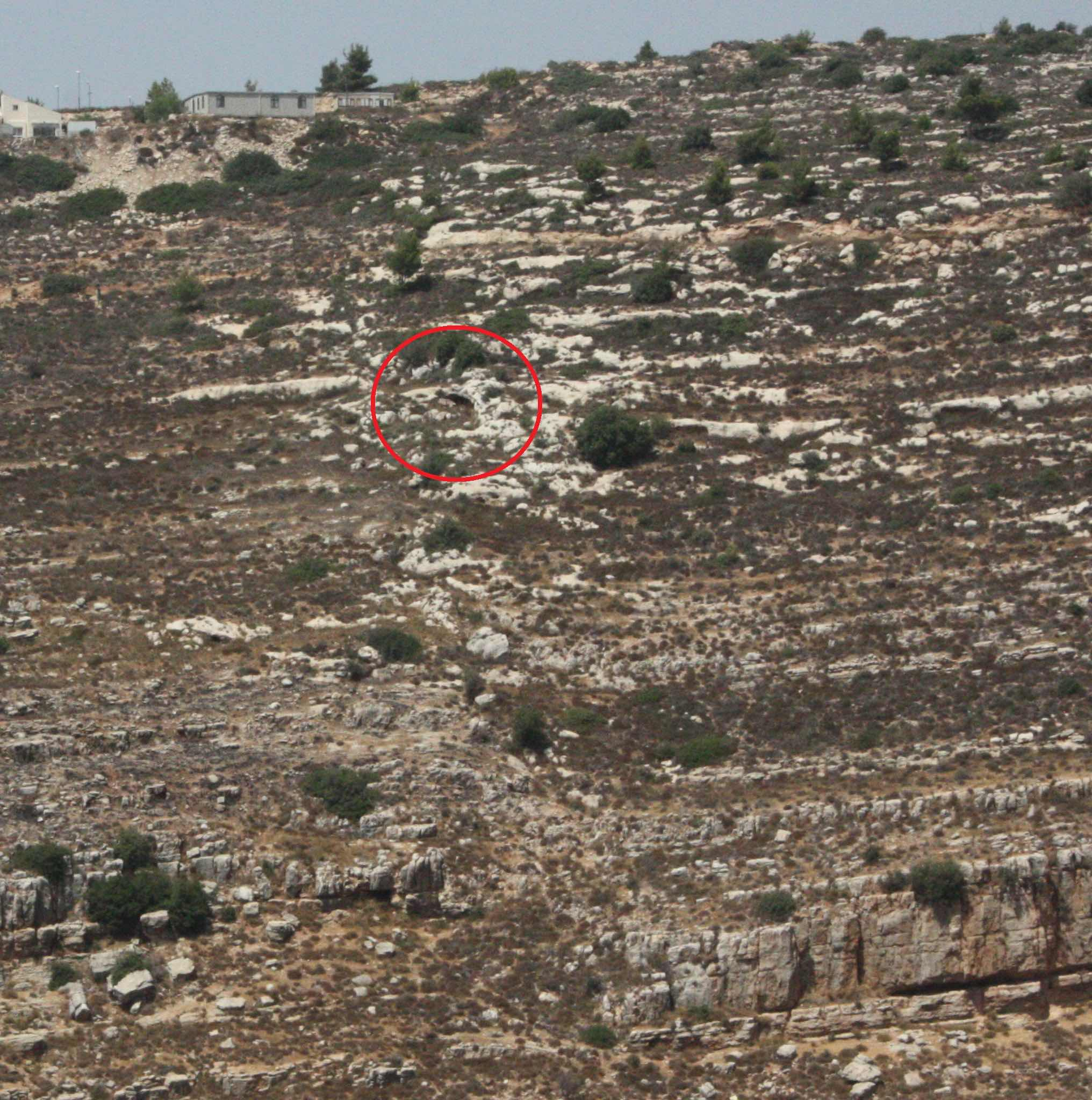 מיקום המערה בתצלום מהגדה ממול