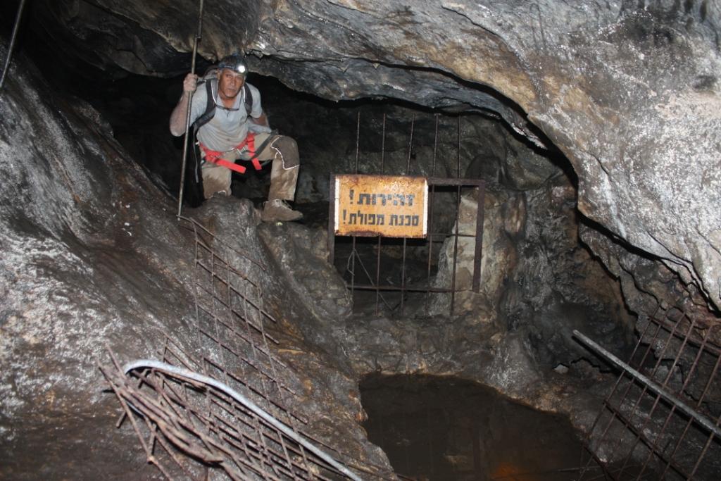 """ד""""ר ינון שבטיאל במעבר אל חלקיה הפנימיים של המערה"""