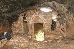 קיר בנוי בפתח המערה (מבט מבפנים)