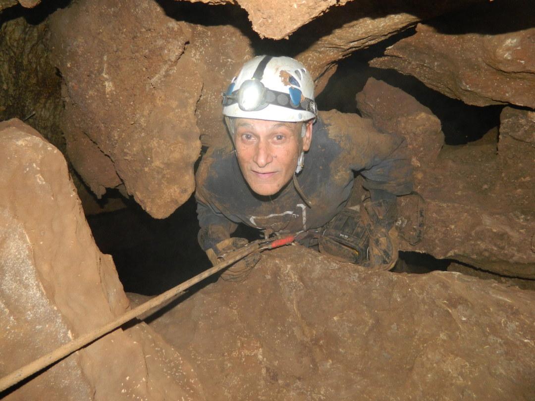 ינון שבטיאל בגלישת מפל בפנים המערה