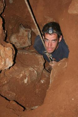 נבו פישבין במעבר צר בפנים המערה
