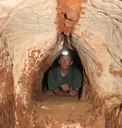 מעבר חצוב אל חלקה הפנימי של המערה