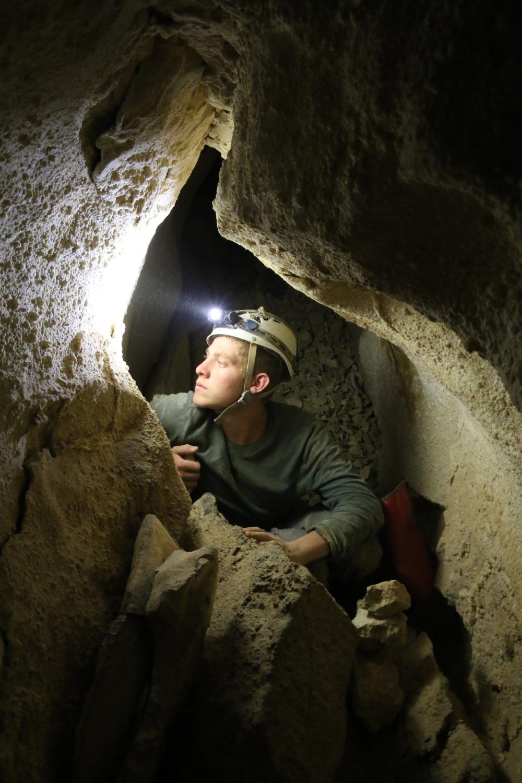מסדרון בחלקה העליון של המערה