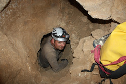 מעבר אנכי בחלקה העליון של המערה