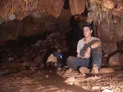 אחיקם עמיחי בחלל המרכזי במערה