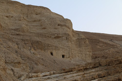 מיקום פתח המערה במצק גדת הנחל