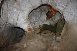 המסה מעוגלת לאורך פיר הכניסה אל המערה