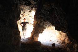 עמוד סלע במפגש מחילות סמוך לחלקו הפנימי של הפתח