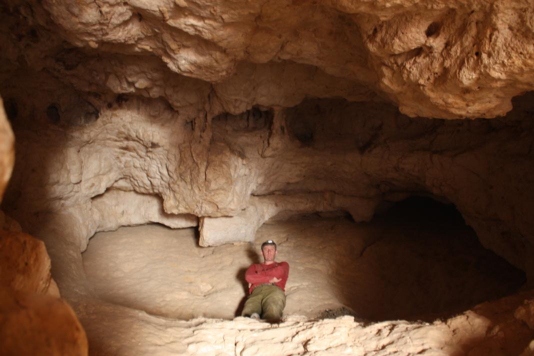 חלקה הפנימי של המערה - עוד חודר אור מהפתח