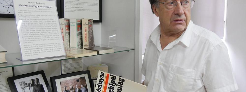 Yves Hamant, auteur de ce billet, ici au Centre culturel Alexandre Soljenitsyne tenant un exemplaire de l'Archipel du Goulag dont il fut le premier traducteur.