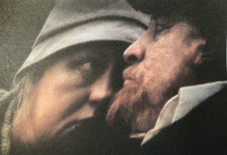 Lénine hémiplégique et sa femme, à Gorki, peu avant sa mort (image du film Signe du Taureau, d'Alexandre Sokourov, Lénine est joué par Leonid Mozgovoï). L'homme puissant impuissant, enfermé dans le carré noir de l'art et de la mort…