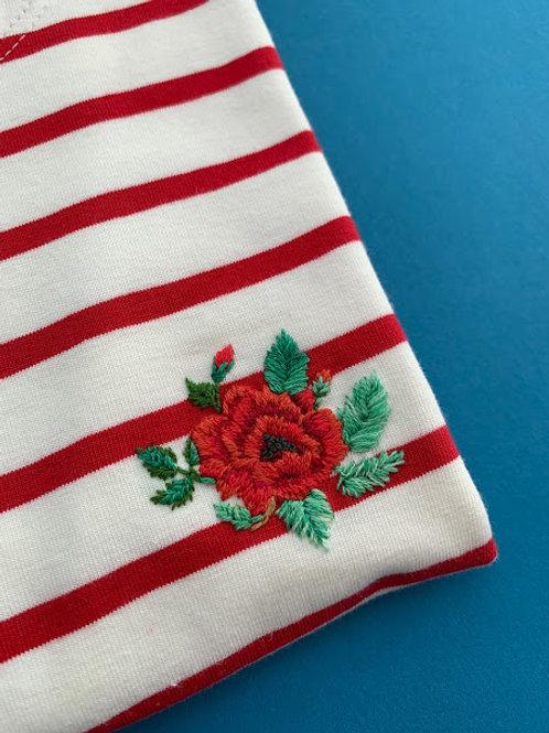 Красная бретонка с коротким рукавом с вышивкой