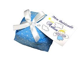 BB7 Doce Bem Batizado. Papel nacional azul bolinha branca, laço de cetim  nº1 branca e tag personalizada anjinho menino. Lembrancinha batizado menino.