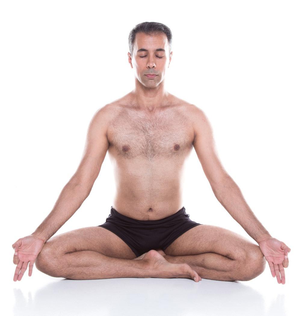 Jefferson Shiun Flausino, em ásana, meditando