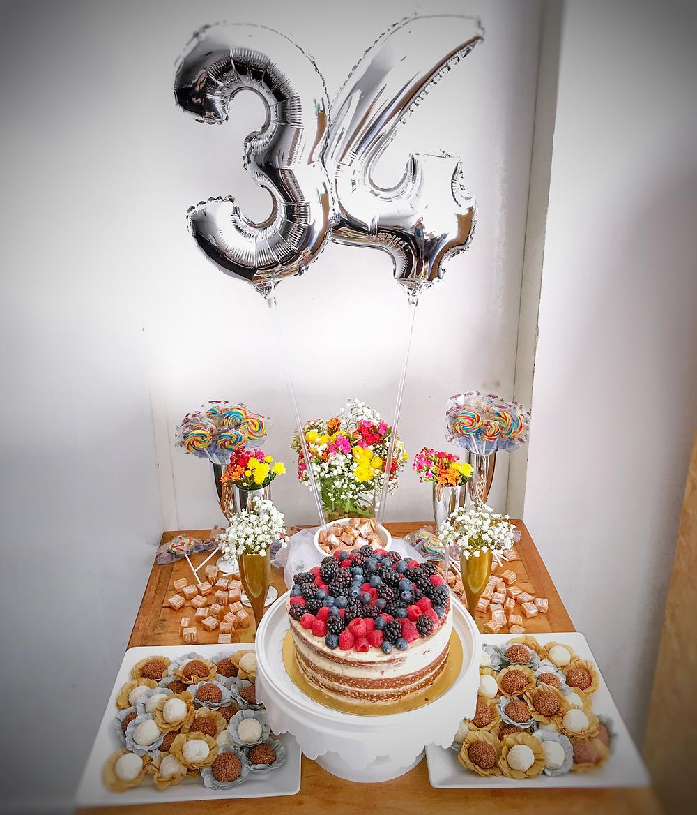 mesa do bolo e doces - decoração simples