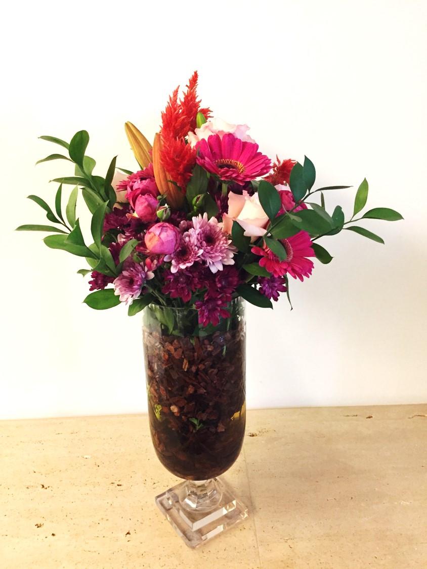 Arranjo mesa de centro - Gérberas, lírios, crisântemos, celósias, rosas e folhagem.