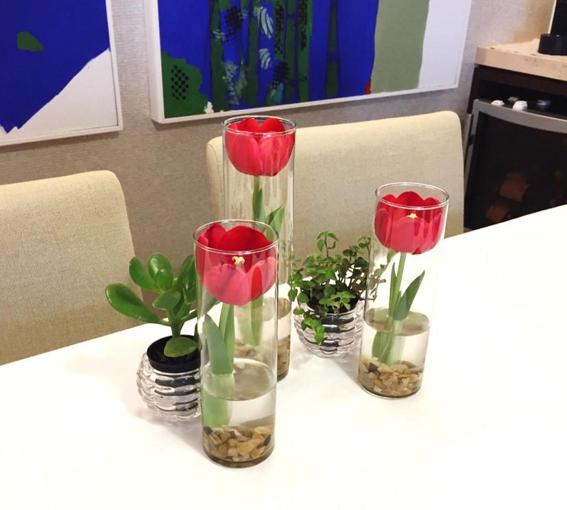 Detalhe arranjo de mesa - tulipas e suculentas
