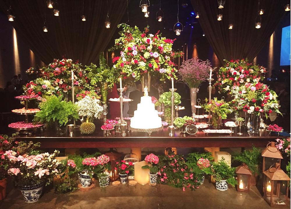 Mesa de doces com arranjos florais