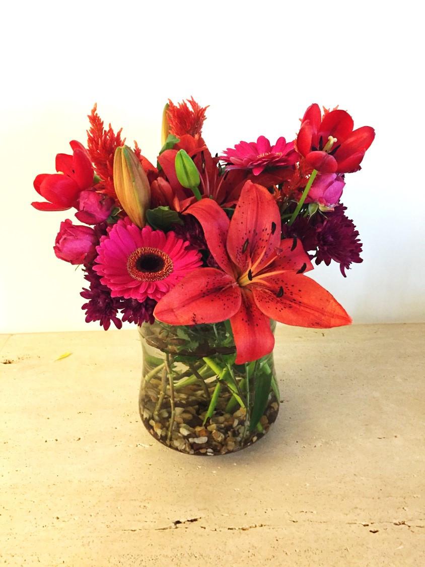 Arranjo aparador - Lírio, gérbera, tulipa, crisântemos e celósia