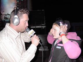 2004. december 26-án óriási cunami söpört végig az indiai óceánon. A világ megmozdult, hogy segítsen, és ebből a Juventus Rádió sem akart kimaradni. Segélykoncertet szerveztünk az Arénában 2005. február 6-án rengeteg művésszel. Itt éppen Janics Natasával próbálok beszélgetni, miközben a háttérben üvölt a zene. És igen, a kedvenc ingembenv vagyok itt is. 😀