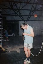 """1993 nyara: az Új Vár Klub éppen zárva van, a környéken lakók megelégelték a klub működésével járó zajt-zsivajt, ezért nekem is más munka után kellett néznem. Ez a kép Agárdon készült, a nyitás előtt álló Nádas diszkóban vagyunk, valamilyen kábellel bíbelődök éppen, mert akkoriban ez is belefért a rezidens munkájába... :) Az állapotok elég kezdetlegesek, a háttérben """"isa, por és hamu"""", sitt és egyebek..."""