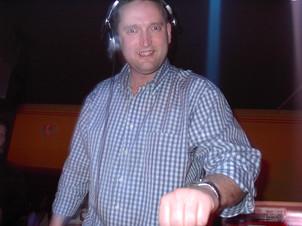 Ez a kép 2004. február 14-én készült a tokodaltárói Zenith klubban, ahol aznap este nem egyszerű bulit tartottam, hanem videó diszkót. A képen ugyan nem látszik, de ott volt a DVD lejátszó, a monitor, a pult fullon volt, na meg persze a poharam is... :D