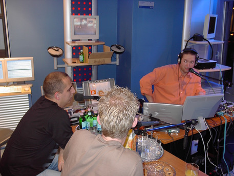 2003. december 13. Kitelepültünk a T-Mobile Vörösmarty téri Enternet szaküzletébe, ahol régi barátaim Náksi & Brunner nem csak beszélgetett velem, hanem később élőben kevertek két bakelit lemezjátszóról!
