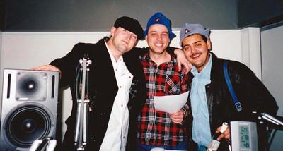 """Ez a kép még egészen biztosan 2000 előtt készült, mert a régi stúdióban vagyunk. Hogy kik? Hát, a Péntek Esti Pacsirták! Középen Marosvölgyi Gyuri, aki a """"rezidens"""" sportszerkesztő volt, mellette jobbra pedig Füle Pali, aki a Kívánságműsort szerkesztette. Nagyon kemény volt a csapat, itt is túl lehetünk az éjszakán, mert az óra reggel 6:27-et mutat..."""