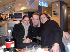 2003. deceember 13. Vörösmarty tér, T-Mobile szaküzlet. Tőlem jobbra országos cimborám Ábel Anita, balra pedig a Crystal énekesnője Lajtai Kati.