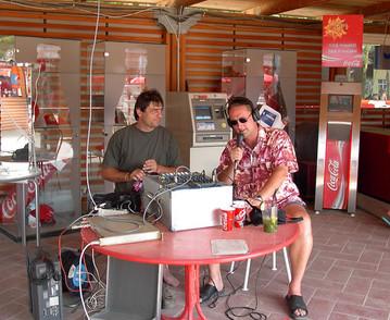 Rádiós kitelepülés a siófoki Coca-Cola Beach-re 2003. júliusában. Mellettem a kitelepülős technikusok gyöngye, Gothár Zsolt! :)