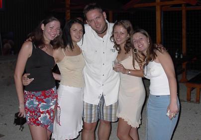 """2002. július 13. Tápióbicske, Club Dream. Ide sokszor jöttünk """"csak úgy"""", de szerintem volt rádiós közvetítésünk is. Mindig jó volt a buli, a közönség mindig parádés, a hölgy koszorú pedig impozáns. Vajon mi lehet a lányokkal? Talán lassan az ő lányaik is elkezdenek klubba járni?"""