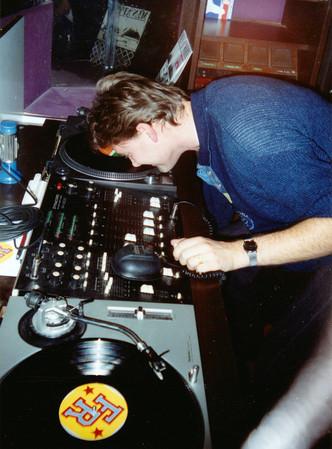 1990 október - orral húzom a lemezt első rezidenciámon, a Hotel Rege Disco 2000-ben. (A képen nem látszik, de a jobb karom épp be van gipszelve.)