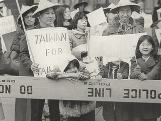 Parade spectators holding pro-Taiwan signs, date unknown