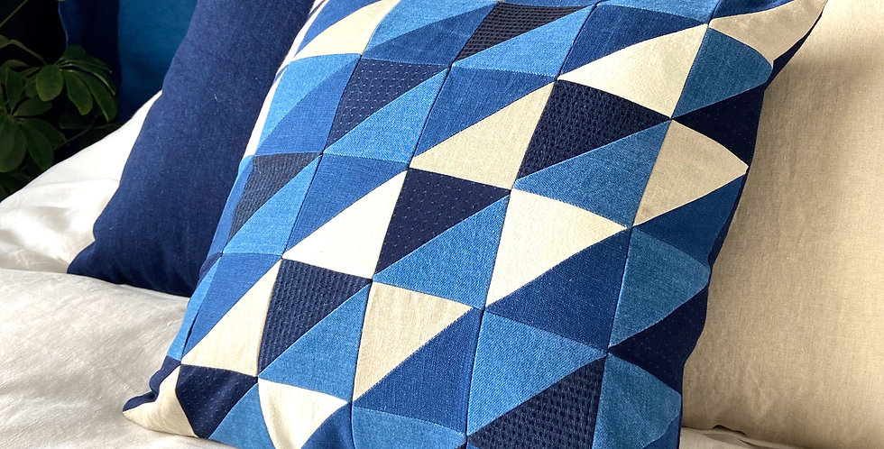 Quilted pillow - indigo ecru