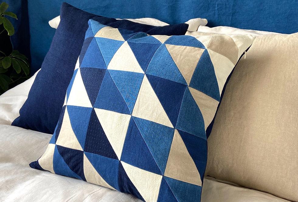 Quilted pillow - indigo ecru