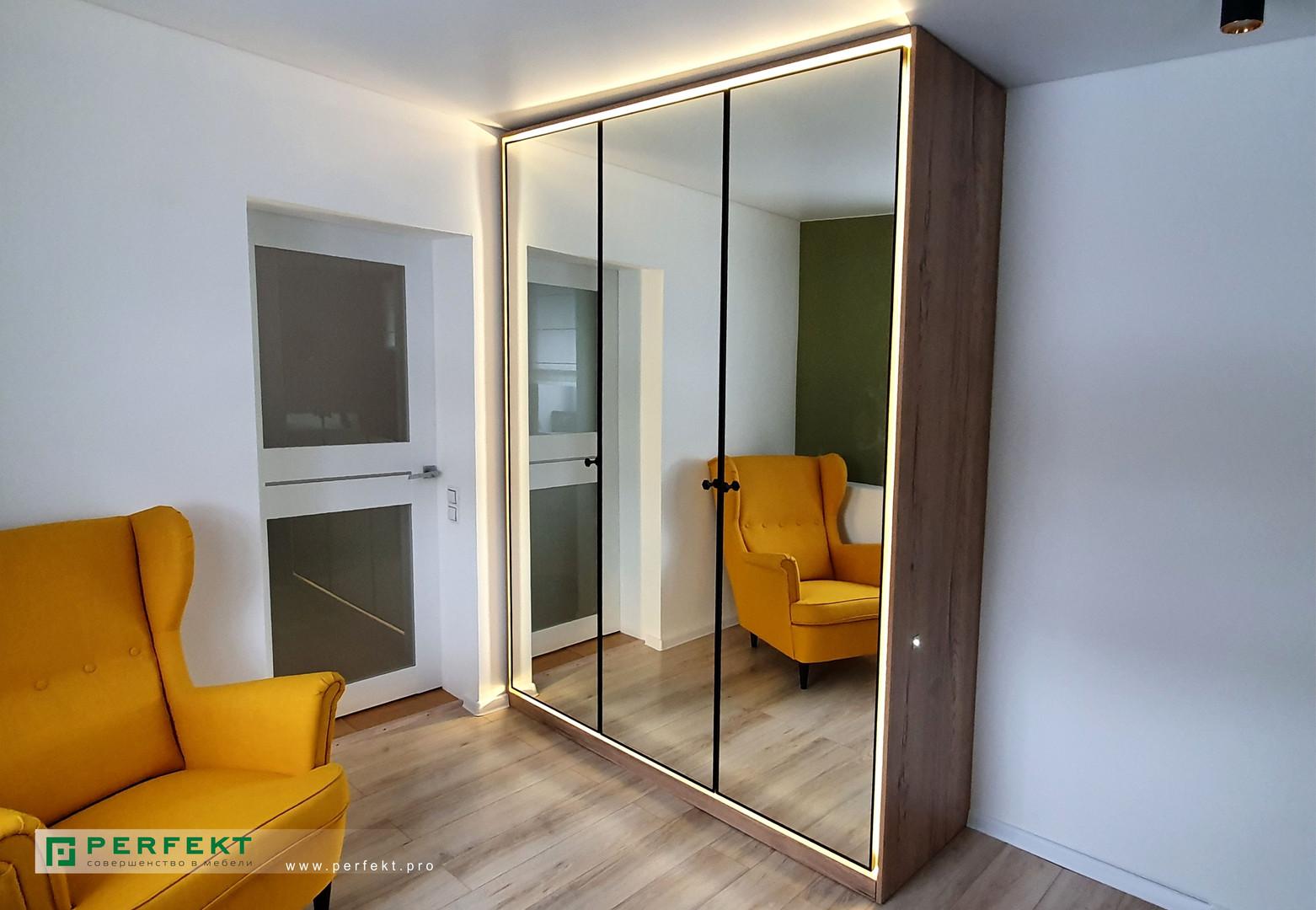 Зеркальный шкаф с контурной подсветкой.j