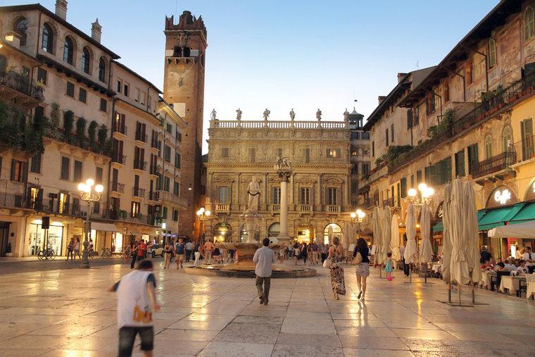 italy-verona_palazzo_maffei-_c_ana_del_castillo-shutterstock_111656510-624ef