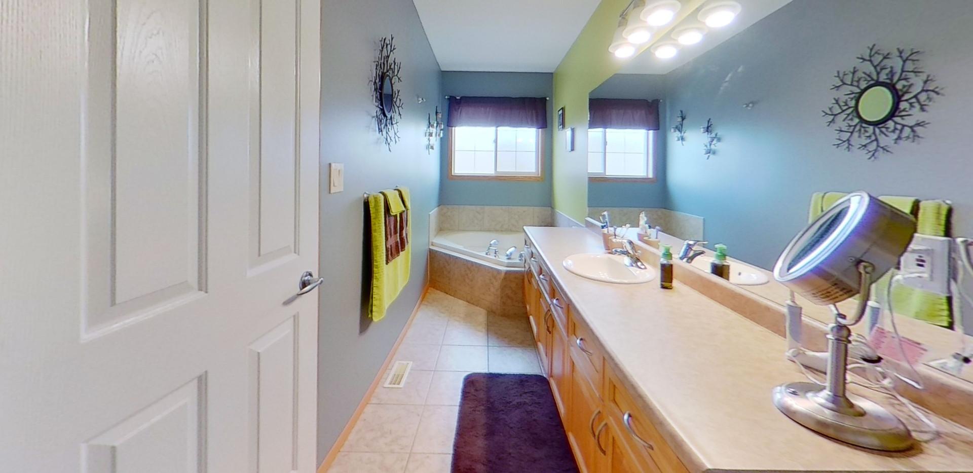 1143-Oakland-Dr-Bathroom.jpg
