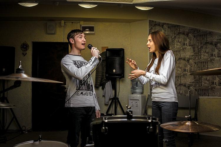 Уроки вокала в Тюмени в профессиональной студии звукозаписи. Мы готовы обучать с нуля, начинающих и тех кто уже знаком с этим искусством