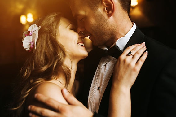newlyweds-olhando-para-o-rosto-do-outro-