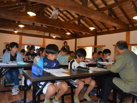 俳諧堂で小学生が俳句教室