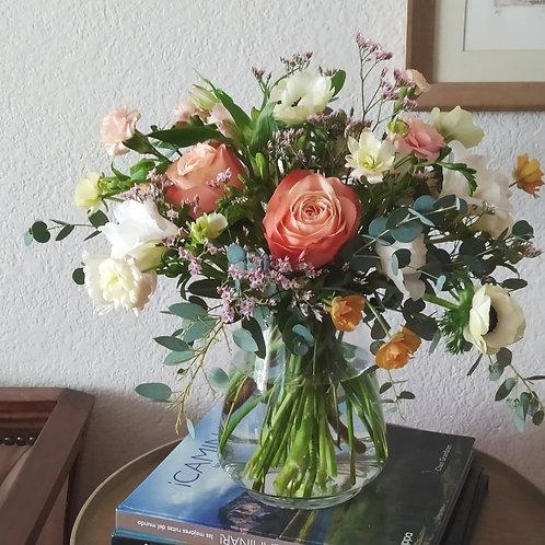 Arreglo de temporada en florero bajo