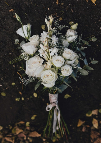 Ramo Rosas, mini rosas y lisianthus blancos