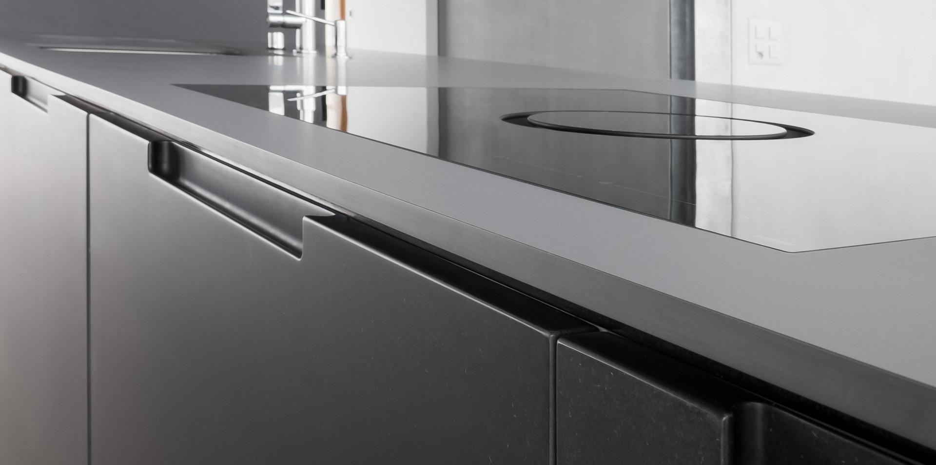 Dettaglio top cucina e piano cottura con cappa integrata