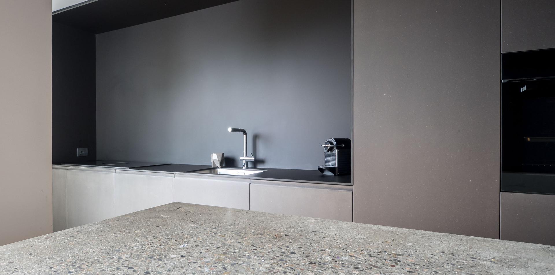 Cucina in stile contemporaneo con toni di grigio
