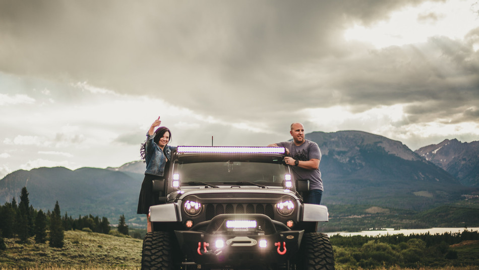 couple photography with jeep.jpg