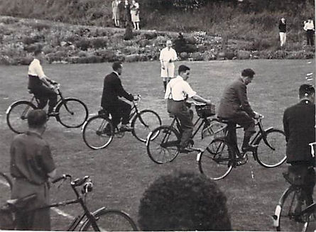 Broadacre late 1940s Bicycle race on law